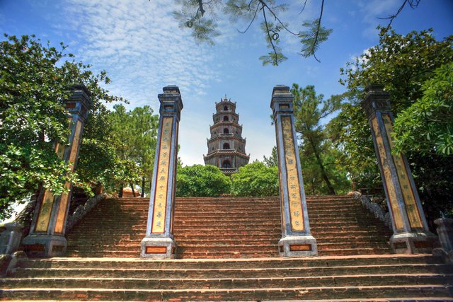 the-gate-of-thien-mu-pagoda
