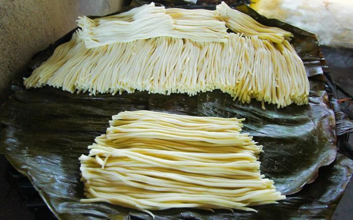 cao-lau-noodle-making