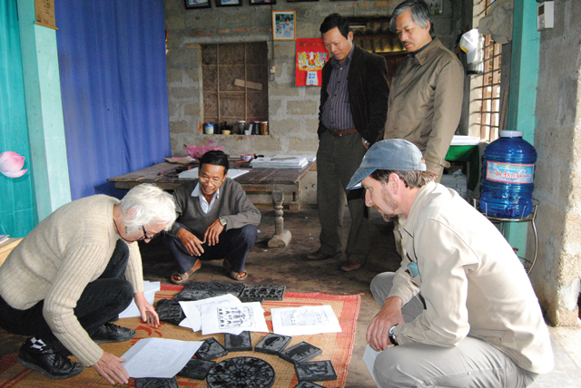 tourists in Sinh wood painting village